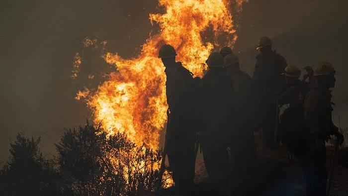 """News video: Waldbrände durch trockenes Laub? Für Biden ist Trump ein """"Klimabrandstifter"""""""