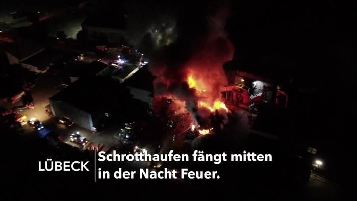 Video: Großfeuer auf Schrottplatz in Lübeck