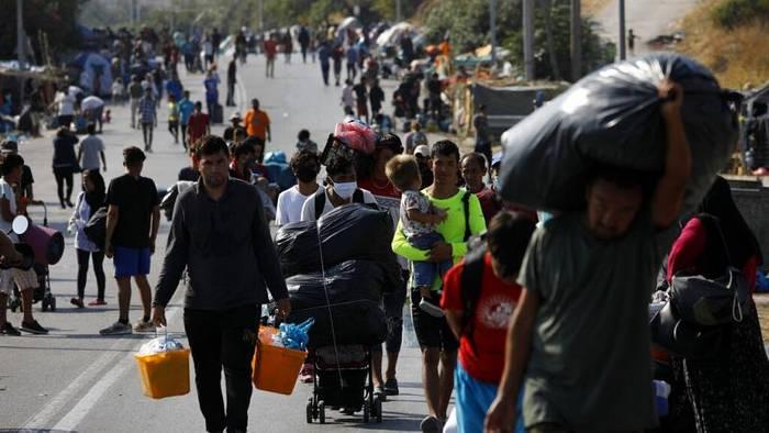 Video: Flüchtlinge auf der Straßen: Großeinsatz der Polizei auf Lesbos