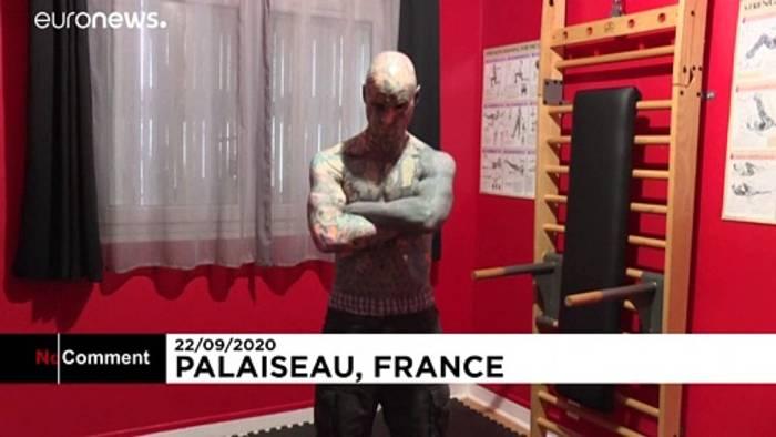 News video: Frankreichs meist tätowiertester Mann ist... Lehrer