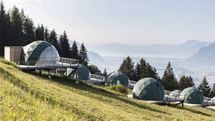 Video: Umweltfreundlicher Luxus in den Bergen: Das Whitepod-Hotel