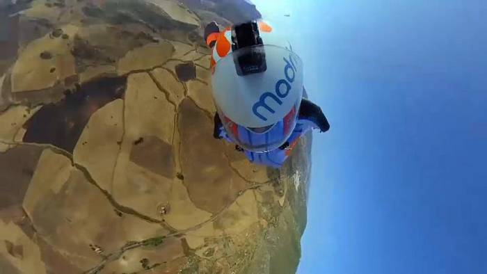 News video: Gleitschirmfliegen mit Wingsuit - Stunt-Premiere in Andalusien