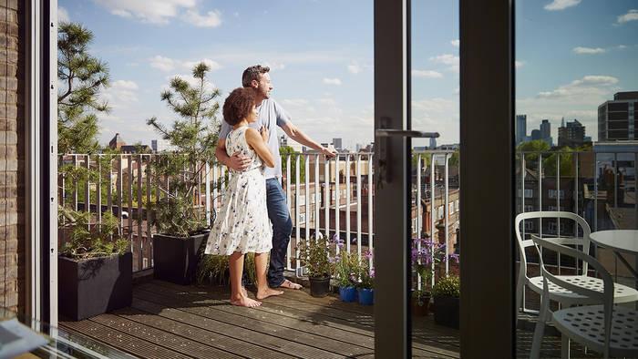 Video: Paar geht am Balkon bis ans Äußerste, dann passiert das Unglück
