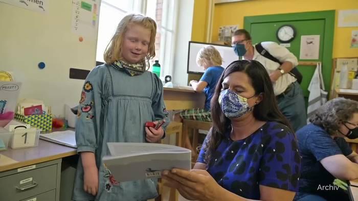 Video: Deutsche Schulen: Mit Mütze und Schal im Klassenzimmer
