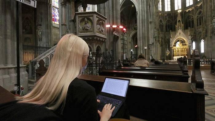 Video: Wiener Votivkirche: Büffeln an heiliger Stätte