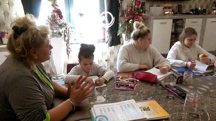 News video: Strenges Regiment beim Homeschooling: Die Wollnys in Zeiten von Corona