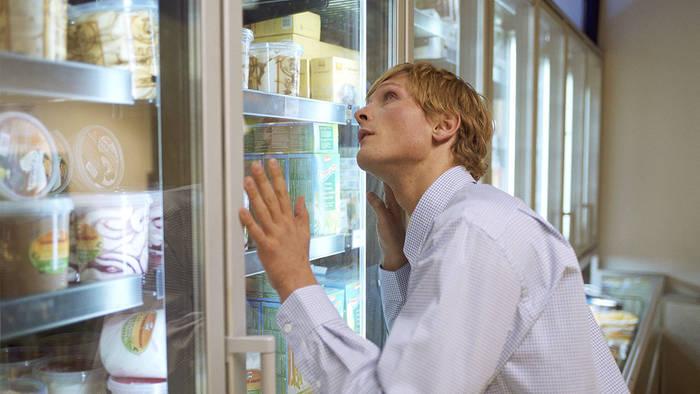 Video: Diese Frau erlaubt sich eine ekelhafte Aktion mit dem Eis im Supermarkt (Video)