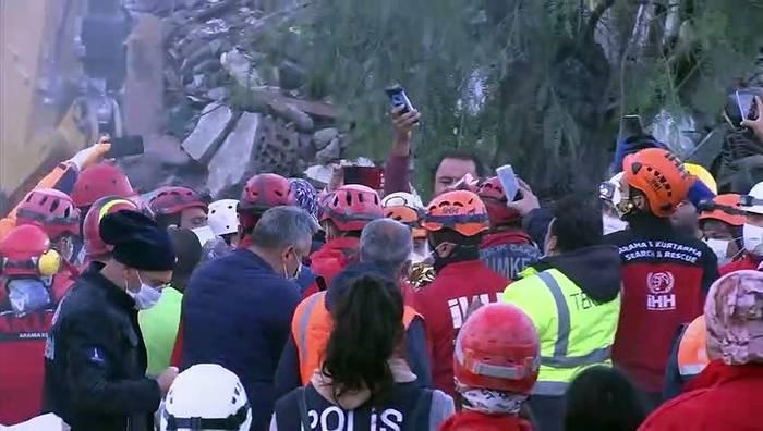 Video: Erdbeben in Izmir: 3-Jährige nach 65 Stunden aus Trümmern geborgen