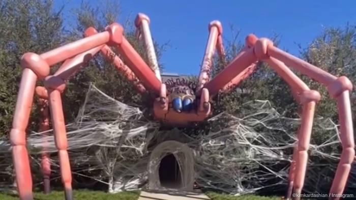 News video: Nichts für Spinnenhasser: Kim Kardashians irre Halloween-Deko