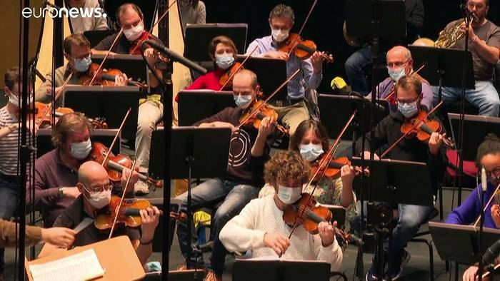 Video: Geigen mit Mundschutz - wie Opernhäuser Corona überleben