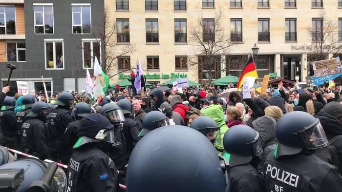 News video: Wasserwerfer und Widerstand bei Corona-Protest in Berlin