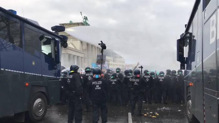 News video: Berlin: Polizei setzt bei Corona-Demo Wasserwerfer ein