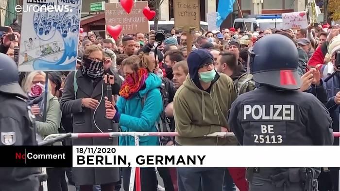 News video: Wie leichter Regen? Wasserwerfer gegen Corona-Proteste in Berlin