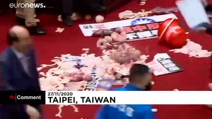 News video: No Comment: Taiwans Regierungschef mit Schweine-Innereien beworfen