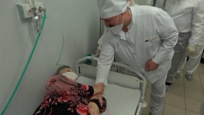 Video: Covid-19 in Belarus: Lukaschenko nimmt vor Patientin die Maske ab