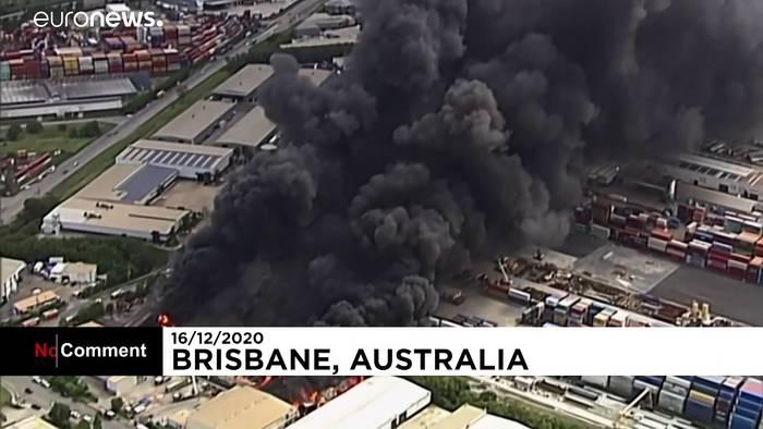 Video: Recycling-Fabrik steht in Flammen