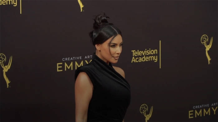 Video: Großzügige Geste: Kim Kardashian beschenkt 1.000 Fans zum Fest