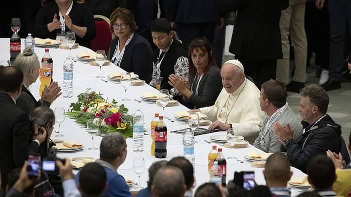 Video: Der Papst empfängt an Heiligabend Obdachlose im Migliori Palast