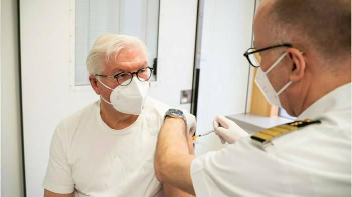 Video: Bundespräsident Steinmeier mit AstraZeneca geimpft