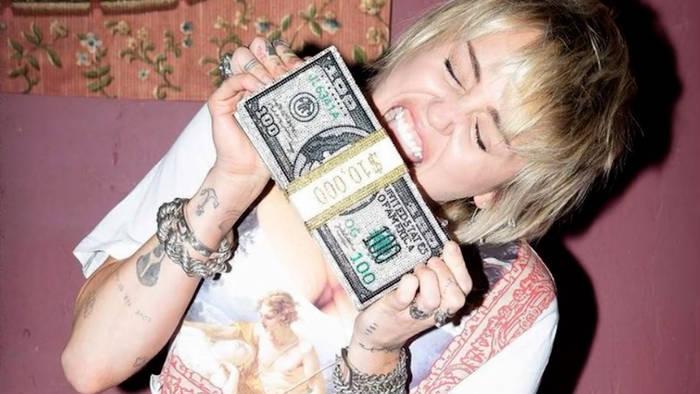 News video: Für ihre Fans: Miley Cyrus verschenkt Aktien im Wert von 1 Million Dollar