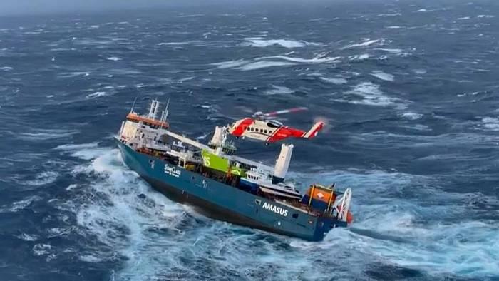 News video: Frachter in Seenot: Bergungsversuch vor dem Sturm