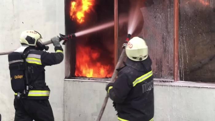 News video: Großbrand hält die Feuerwehr in Atem