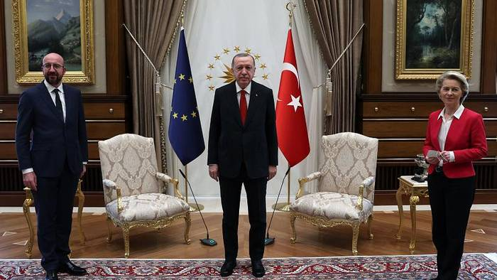 Video: Protokollarisches Debakel in Ankara: Von der Leyen aufs Sofa verbannt
