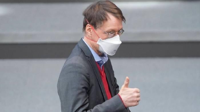 Video: Mit AstraZeneca: SPD-Gesundheitsexperte Karl Lauterbach geimpft