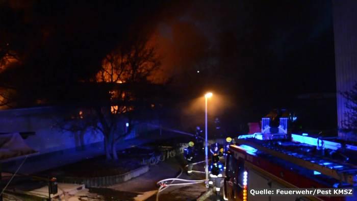 News video: Flammenhölle in Ungarn! Lebensmittelmarkt in Vollbrand