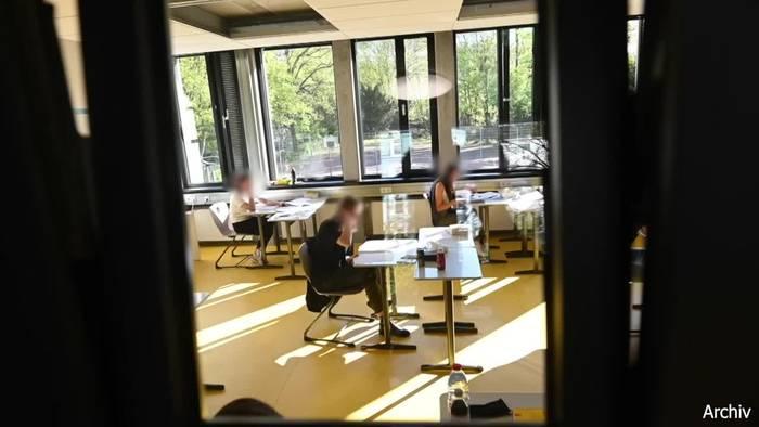 Video: Schulminister auf Öffnungskurs - Abitur findet statt