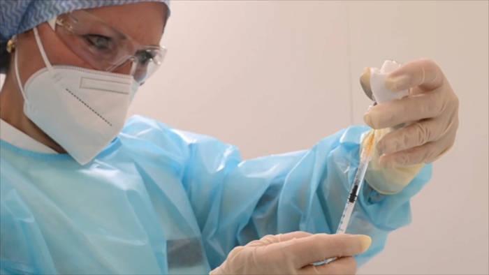 Video: Kombi-Schutz: Wie wirkt sich die Impfung mit zwei unterschiedlichen Impfstoffen aus?