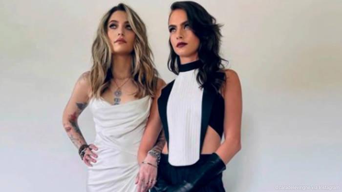 Video: Sie haben schon die gleichen Tattoos: Was läuft zwischen Paris Jackson und Cara Delevingne?