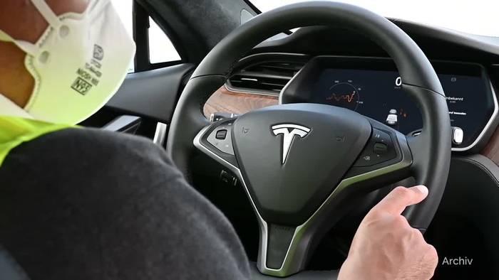 News video: Tesla schafft Rekordgewinn im ersten Quartal
