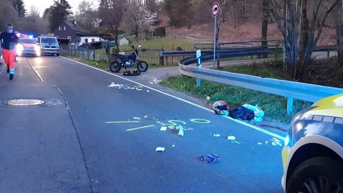 News video: Kradunfall mit Jugendlichen: Schwerverletzt in Klink geflogen!