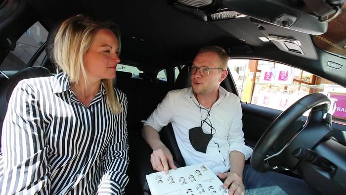 News video: «Ja, ich will»: Juwelier bietet Trauringe im Drive-in an