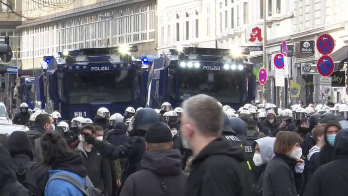 News video: Hamburg: Demos liefern sich Katz-und-Maus-Spiel mit Polizei