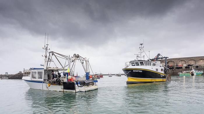 News video: Ärger um die Fanggründe: Fischerboote stehen Kriegsschiffen gegenüber