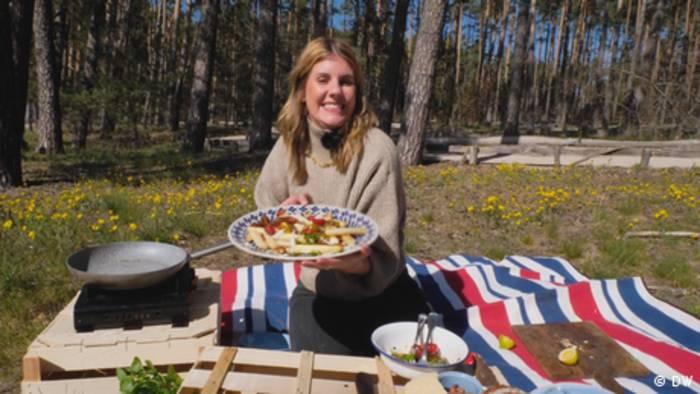 News video: Geheimnisvolles Gemüse - Spargelernte mit Felicitas Then