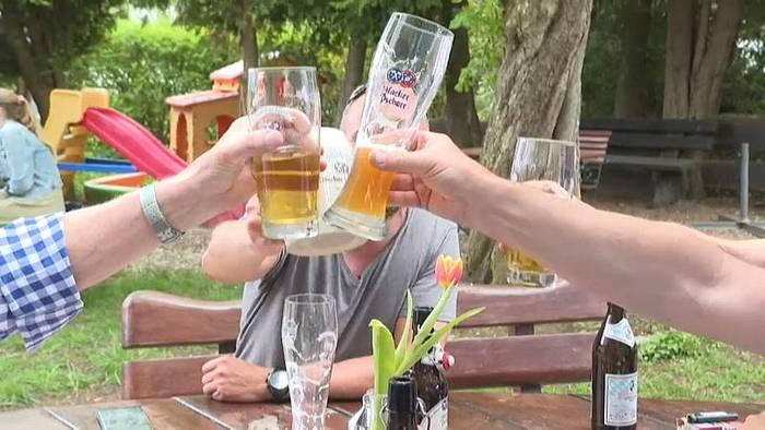 News video: Bayern und Österreich öffnen Grenze und in Bayern beginnt Biergarten-Saison