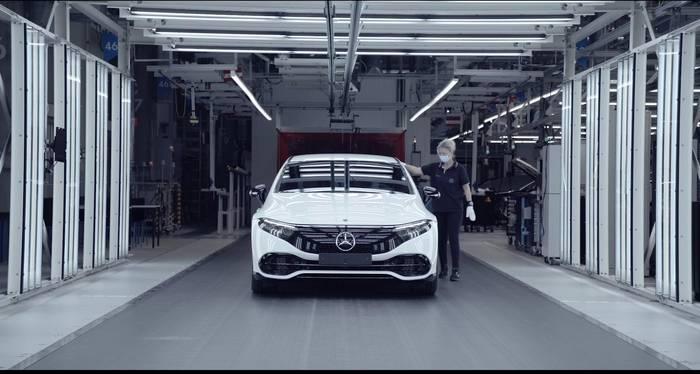 News video: Erste Elektro-Limousine aus Mercedes-Benz Hightech-Produktion - Anlauf des EQS in der Factory 56