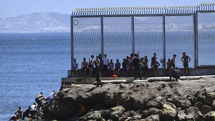 Video: Lässt Marokko bewusst 5.000 Menschen durch - in die spanische Exklave Ceuta?