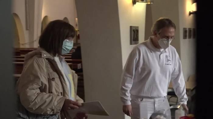 Video: Arzt nutzt Kirche für Corona-Impfungen - Impfbeginn