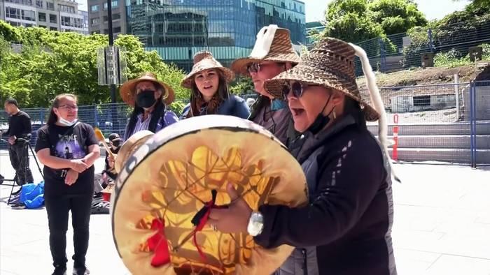 News video: Kleine Schuhe für 215 tote indigene Kinder in Kanada
