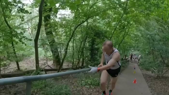 Video: Lehrer stellt wohl erneut Weltrekord im Treppenlaufen auf