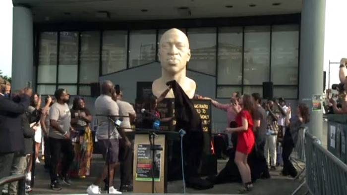 News video: Neuer Juneteenth-Feiertag: Terrence Floyd enthüllt Büste von Bruder George