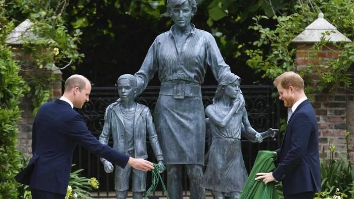 News video: London: Zerstrittene Prinzen William und Harry enthüllen Diana-Denkmal