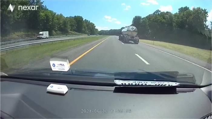 Video: Fahrer fährt auf Autobahn entlang als plötzlich ein riesiger Baum vor ihm auf die Straße kracht