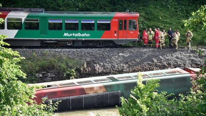 Video: Zug stürzt am letzten Schultag in den Fluss: 17 Jugendliche bei Unglück verletzt