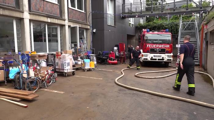 News video: Kurzschluss durch Hochwasser · Klinik in NRW wird geräumt