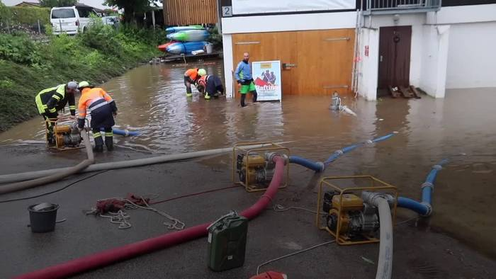 News video: Erneut schwere Gewitter in Bayern - Feuerwehr pumpt Keller